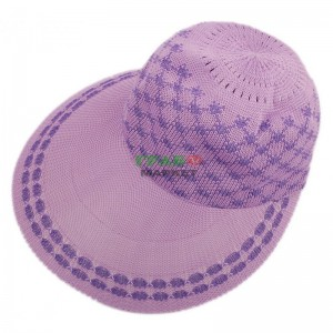 Плетена дамска шапка с козирка