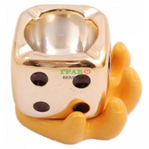Сувенирен пепелник във формата на зарче в ръка