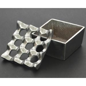 Сувенирен метален пепелник с декоративен подвижен капак