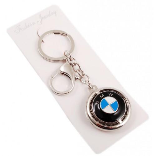 Автомобилен ключодържател с кръгла форма и емблема на BMW, декориран с бели камъни.